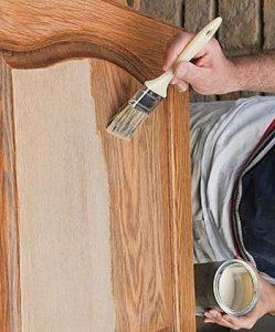 Покрытие двери лаком